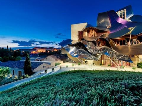 幻想的なホテルで自慢のワインと温泉! スペインの「Marques de Riscal」が絶景すぎる