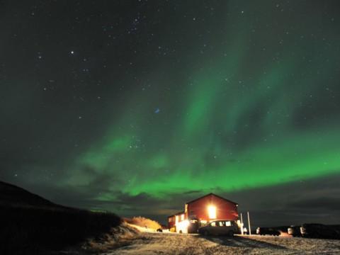 お風呂に入りながらフィヨルドやオーロラを楽しめる絶景ホテル! アイスランド「Hotel Glymur」