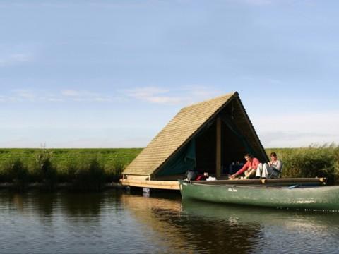 川に浮かぶ三角形のホテルに泊まろう! カヌーで水路探索を楽しめるオランダの「Camping Raft」