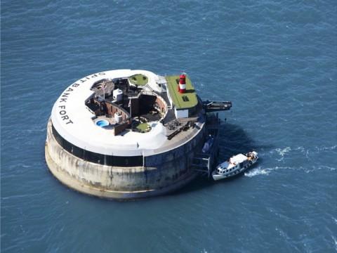 海に浮かぶ小さなホテルに泊まってみたい!? イギリスの「Spitbank Fort」