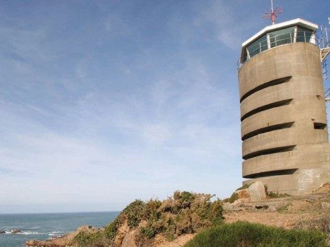 歴史あるラジオ塔ホテルに泊まろう! イギリス「La Corbiere Radio Tower」