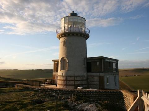 断崖絶壁にある神秘の灯台ホテルに泊まろう! イギリス「Belle Tout Lighthouse」