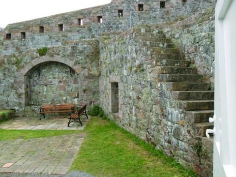 歴史を感じる古い城跡ホテルから美しい景色を楽しむ! ジャージー島「Fort Leicester」
