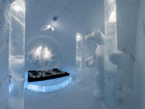 氷で造られたホテルで神秘的な芸術を堪能するスウェーデン「Ice Hotel」
