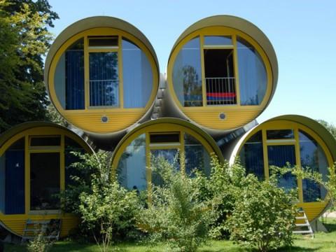 ドラム缶のようなユニークなホテルでアルプス山脈を望む! スイスの「Swiss Tubes」