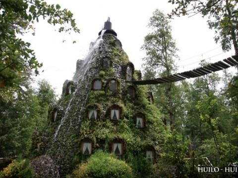 温泉水が噴出してるホテルで熱帯雨林探索を楽しもう!