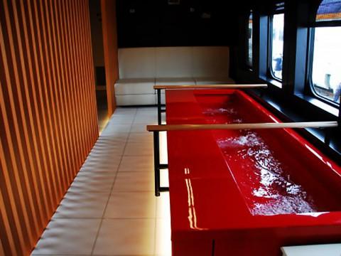 新幹線に乗りながら足湯に入れる時代! 超快適『とれいゆ新幹線』に乗ってみよう
