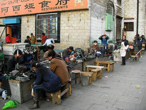 チベットでは服や靴を簡単には捨てない! 磨耗は激しいが修理して使う