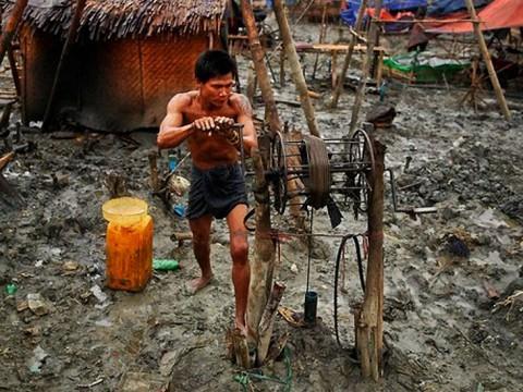 これは貴重な写真かもしれない!ミャンマーの油田がもの凄く人力