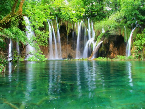 まるで童話の世界に迷い込んだようなクロアチア「プリトヴィツェ湖群国立公園」