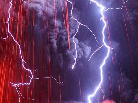 信じられないかもしれませんが日本の写真です!桜島の噴火の写真が凄い