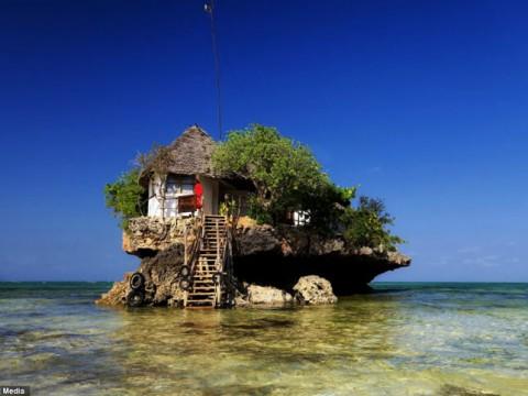 これぞ海の絶景レストラン!透明な海にポツリと浮かぶビーチレストラン