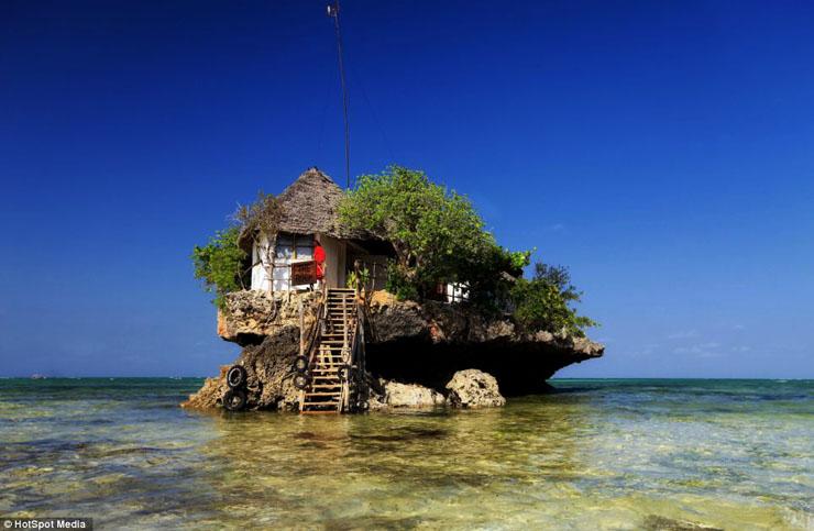これぞ海の絶景レストラン。そう断言しても間違いでは無いでしょう。透明な海にポツリと浮かぶビーチレストランが、海外旅行者に癒やしの時間を与えています。