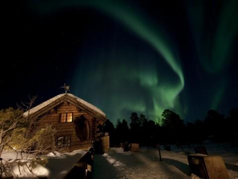 犬ぞりとオーロラを「絶景なる木製ロッジホテル」で楽しむ / 雪山でキャンプも可能
