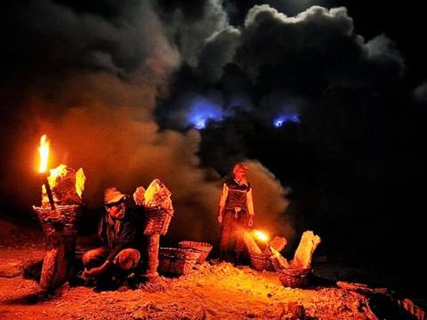 絶景すぎる地獄の業火! まるでファンタジーな青い炎のマグマが流れる