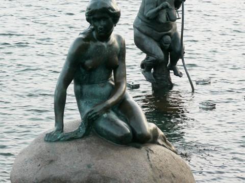 人魚姫の像の横にいる「変な二人組みの像」の謎が判明