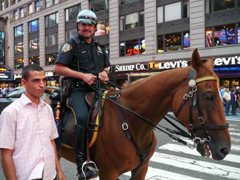 ニューヨークの警察官は笑顔で記念撮影に応じてくれる