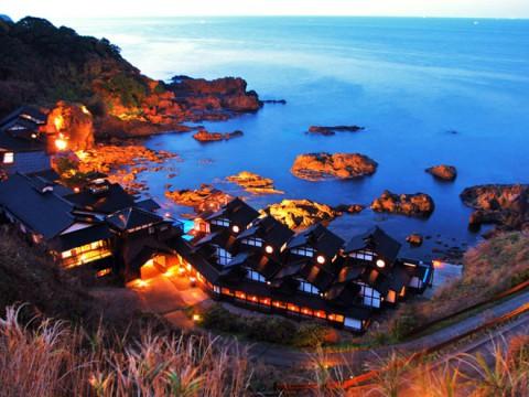 絶景なランプの宿に行ってみよう!ランプの光によって彩られた海岸と宿