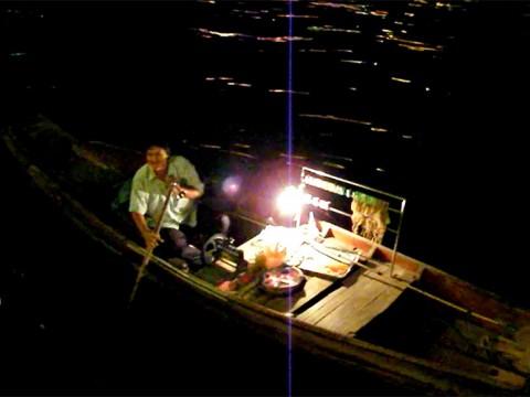 【感動のタイ】川沿いのレストランでご飯を食べると小船がきてオツマミを売ってくる