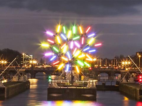 オランダのクリスマスは『アムステルダムライトフェスティバル』で幻想的な夜を