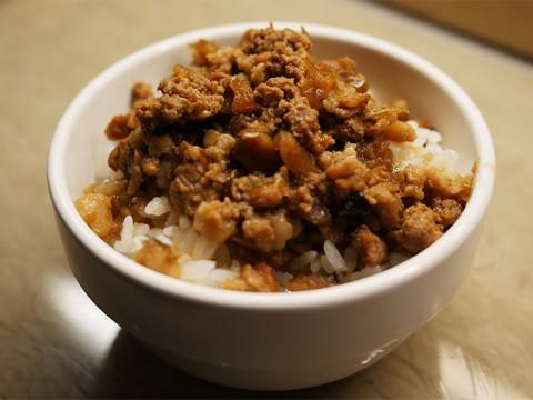 台湾旅行者の間で「台北の松山空港のラウンジで食べられる魯肉飯が絶品」との噂
