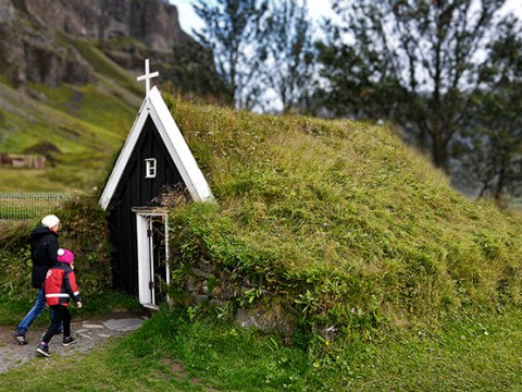 屋根が芝生になっている幻想的な家が神秘的すぎます! アイスランドのLaufas