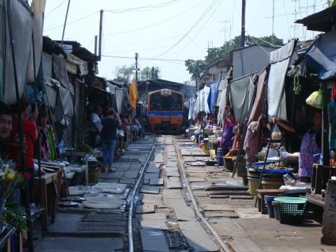 タイの観光名所! 活気にあふれるエキゾチックなメークロン駅に行ってみよう!