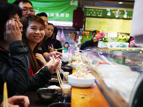 高額だけど本格的な立ち食い寿司『阿吉師』が台湾っ子に大人気! 孤独にひとりで食べる贅沢