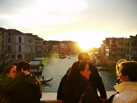 ヴェネチアの橋の上で「日没とともにキスをした二人」は永遠に結ばれる