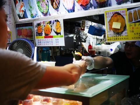 香港で日本の手巻き寿司が大ブレイク中! 立ち食い手巻き寿司ショップに長蛇の列
