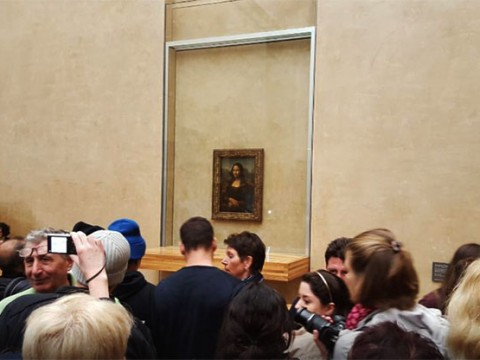 勘違いしている人が多いけれどパリのルーヴル美術館の「モナリザ」は撮影可能です