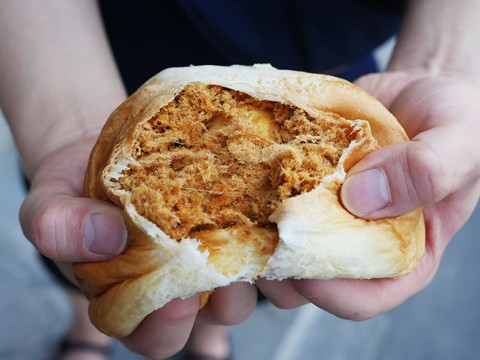 タイで大人気の薄皮パンがユニーク / 乾燥豚肉をたっぷり詰め込んだパン等