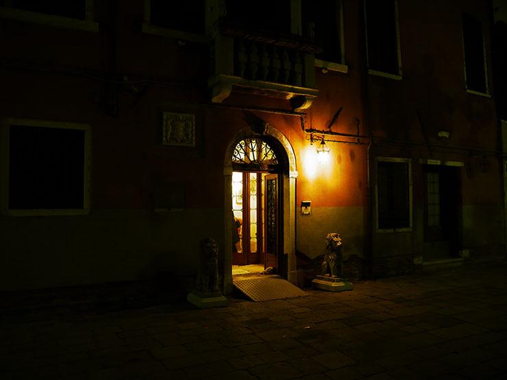 イタリア・ヴェネチアの夜を探索...