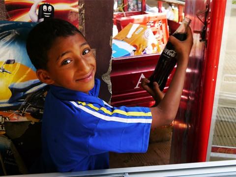 エジプト・ルクソールで出会った少年 / 親の店を手伝うことが彼の誇りを育む