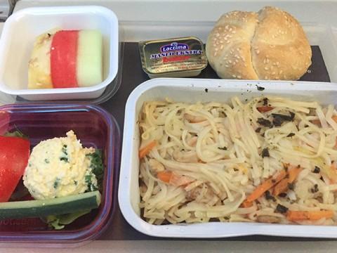 【世界の機内食】LOTポーランド航空の機内食が何度食べても美味しい件 / クリームチーズクレープが絶品