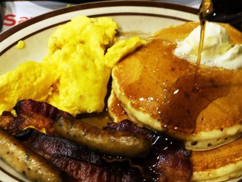 ガッツリとアメリカンな料理を食べたいならデニーズでしょう! ハワイに行ったらデニーズ