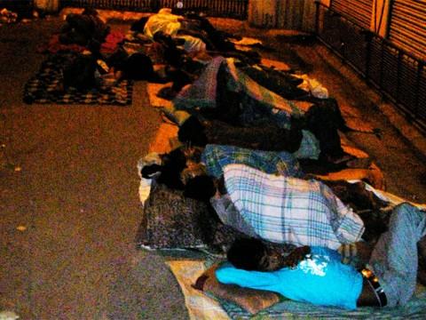 インド人は夜に外で寝ますがホームレスではありません / とても理にかなった睡眠方法