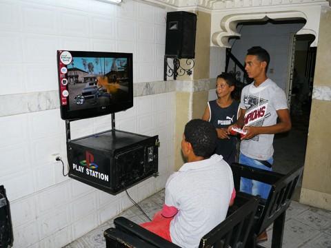 【I LOVE アフリカ大陸】チュニジアのゲームセンターに行ってみた / 有料PS2ゲームで遊ぶ子どもたち