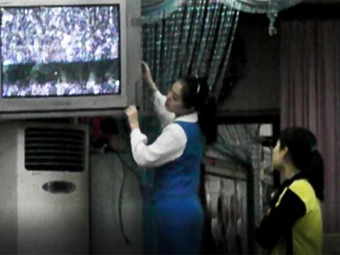 中国の国境では北朝鮮のテレビが観られるよ / 受信感度を調節する北朝鮮レストラン女子
