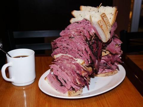 ニューヨークでいちばんデカ盛りなサンドイッチ / カーネギーデリの「ビーフパストラミサンドイッチ」