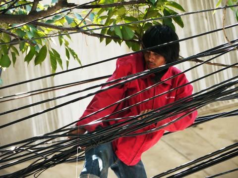 タイの電気屋は普段着で電柱に登って電線にぶら下がりますが絶対に真似しないでくださいね