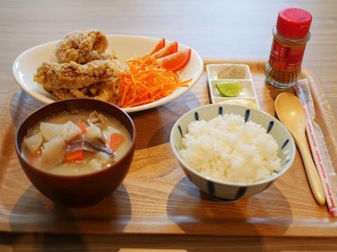 世界初の「唐揚げホステル」が唐揚げ食べ放題&日本酒飲み放題イベントを開催 / バンコク