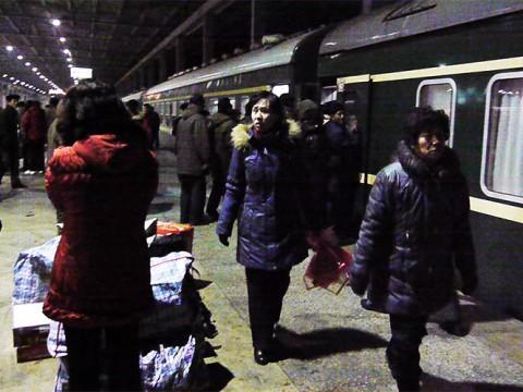 鉄道で北朝鮮に行ったら平壌駅がけっこう都会っぽかった件 / 高級車がズラリと駐車