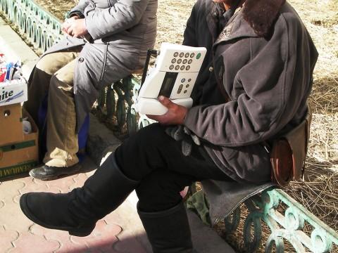 モンゴルで携帯電話を持てない人たちのコミュニケーション手段が力業すぎる件