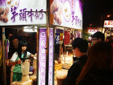 芋のジュースが大人気 / 女子店員が丁寧に皮をむいて生搾りミルクジュース
