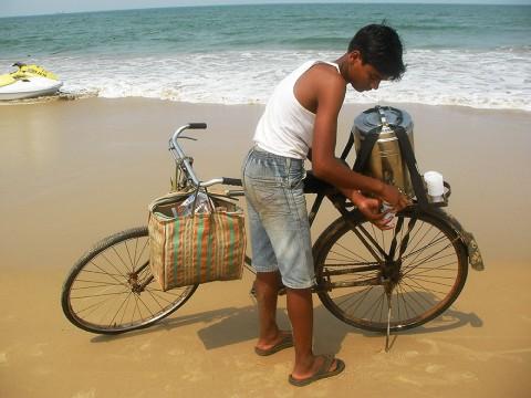 インド人のチャイ好きは異常 / ビーチでもチャイを売りまくり! チャイを飲みまくる!