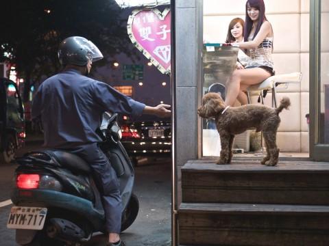 【妖艶】美しきビンロウ売り台湾美人を撮った日本人カメラマンが台湾台北市で個展を開催 / 美人すぎる女性たち
