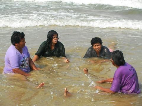 インド人の多くは「服を着たまま泳ぐ」と言っても信じてくれない日本人に証拠写真を提示