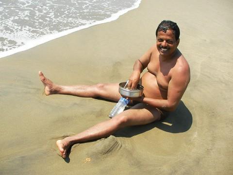 インド人はビーチで泳ぎながらカレーを食べる / もちろん素手でカレーを食べる