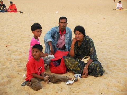 インド人はビーチに行っても「ほとんどの人が泳がない」「泳いでも服を着たまま」という事実